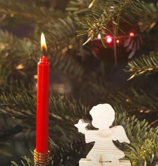Kleiner Engel mit roter Kerze